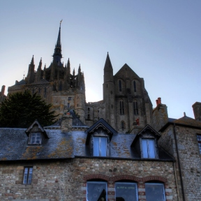 Auf dem Weg nach oben sieht man die Abtei immer wieder aus einer anderen Perspektive